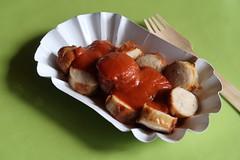 Currywurst (mit vom Gastgeber selbst gemachter Currysoße) (multipel_bleiben) Tags: essen zugastbeifreunden grillen typischdeutsch currywurst schweinefleisch sose curry