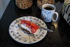 Erdbeertorte zum Nachmittagskaffee (multipel_bleiben) Tags: essen zugastbeifreunden torte obst erdbeeren kaffee