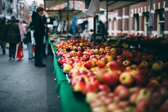 marketplace Amsterdam.. (paul.wienerroither) Tags: amsterdam holland netherlands market marketplace people apples fruits dof depthoffield colors colours photography canon 50mm 5dmk3 travel travelphotography street streetphotography streets view city citytrip focus bokeh walking walkingby snapshot europe