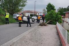 Accident (Cyril Godissart) Tags: accident voiture gendarme pompier car fireman policeman policy soir night nuit france ville arbre tree passant