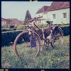 Ce n'est pas le temps qui passe mais nous (*altglas*) Tags: bicycle retro old garden idyll mediumformat 6x6 color agfa1000rs expired expiredfilm analog film superikonta zeiss