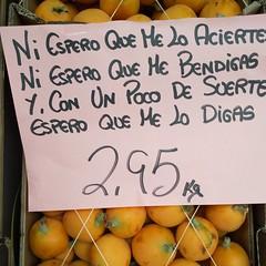Adivinanza de mayo (Micheo) Tags: quees smile cartel letrero advertising publicidad game juego español granada frutería frutero fruit fruta riddle adivinanza