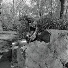 Gutspark Britz Berlin 21.4.2019 (rieblinga) Tags: brunnen gutspark schlos britz figur frau kelch stein 2142019 analog rollei 6008 ilford fp4 sw adox rodinal 150