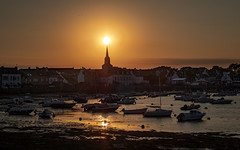 Sunset over the town (mostodol) Tags: sunset coucher soleil sun bretagne brittany breizh bzh morbihan locmariaquer france french golfe fuji fujifilm xt20 water eau sea mer boats bateaux town commune samyang