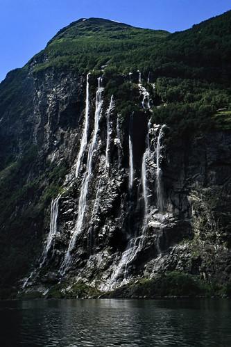 """Norwegen 1998 (333) De syv søstrene, Geirangerfjord • <a style=""""font-size:0.8em;"""" href=""""http://www.flickr.com/photos/69570948@N04/47773541661/"""" target=""""_blank"""">View on Flickr</a>"""