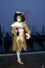 QUINTESSENZA VENEZIANA 2019 710 (aittouarsalain) Tags: venise venezia carnevale carnavl masque mask costume chapeau livre gondole gondola