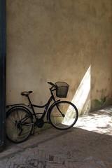 Arrêt cyclique (Tonton Gilles) Tags: vélo entrée rai de lumière mur pavés panier graphisme vélocipède bicyclette