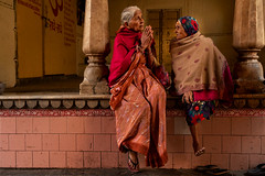 Conversation in the temple. Jaipur. Rajasthan. India. (Tito Dalmau) Tags: streetportrait two women conversation gate temple jaipur rajasthan indiia
