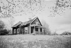 Abandoned House (Tony Bokeh Larsson) Tags: fujicagsw690 rolleiretro80s kodakhc110 abandoned house film 120film outside blackwhite bw wideangle 6x9