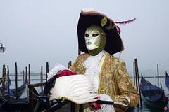 QUINTESSENZA VENEZIANA 2019 732 (aittouarsalain) Tags: venise venezia carnevale carnaval costume masque livre gondole gondola chapeau chevalier brouillard