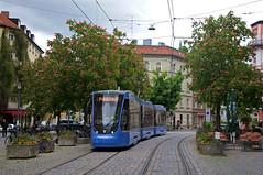 Im fliegenden Wechsel rückt T3-Wagen 2751 zu seiner ersten Fahrt durch die Stadt aus, er soll als dritter Wagen Messfahrten in der Hauptwerkstätte unternehmen (Frederik Buchleitner) Tags: münchen munich trambahn tram strasenbahn streetcar avenio siemens twagen t3 2751 probefahrt