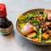 Soul Made: Veganisches Gericht des coa Wok & Bowl Restaurants im Köln mit Tofu, Babyspinat, Spargel, Bete, Avocado, Himbeer-Miso-Dressing und Chili Sauce