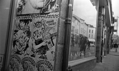 Grab This (4foot2) Tags: streetphoto streetshot street streetphotography candidportrate candid reportage reportagephotography people peoplewatching peopleofbrighton interestingpeople reflection window shopwindow brighton laines northlaines pasteup analogue film fourfoottwo filmphotography 35mmfilm 35mm 35mmf2 35mmf2summicron summicron leica leicam3 m3 mono monochrome blackandwhite bw rangefinder doublex kodakdoublex kodak 5222 standdevelop rodinal 2019 4foot2 4foot2flickr 4foot2photostream