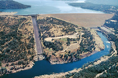 Oroville Dam, Lake Oroville and the Feather River, California, USA (water.alternatives) Tags: californiastatewaterproject orovilledam sierranevada foothills featherriver delta runoff salinity highway70 westernpacificrailroad 2005 storage freshwater california usa oroville ca