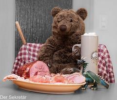 Das schmeckt! (wird fortgesetzt) --- It's good! (to be continues) (der Sekretär) Tags: bier bierglass bierkrug bär drache edna essen esstisch fleisch fleischgabel fleischplatte gabel geschirr glas imbiss kochschinken lebensmittel mahlzeit plüschtier rohschinken rollschinken schinken spielzeug teddy teddybär tisch vorlegeplatte beer beerglass dinigntable dish dishes dragon food foodstuff fork gammon gammonham gekochterschinken glass ham meatfork meet meetplatter platter rawcuredham rawham roherschinken rolledsmoikedham smikedham snack softtoy stuffedtoy table teddybear toy