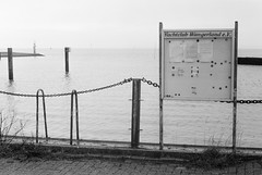 no boats (ro_ha_becker) Tags: agfaapx400 meinfilmlab canon1450mmltm leicaiiia analogue film monochrome schwarzweiss zwartwit biancoenero blancetnoir blackandwhite blancoynegro hafen harbour horumersielhafen horumersiel fog mist sea nordsee northsea wattenmeer