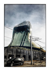 La cité du Vin (Jean-Louis DUMAS) Tags: bordeaux abstract abstrait abstraction architecture architect architecte architectural architecturale bâtiment building reflets reflecting reflections ciel sky blue vine vin city voiture car audi