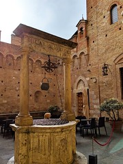 hidden well (ekelly80) Tags: italy tuscany april2019 spring countryside hills siena hidden corner well stone marble courtyard