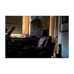 Julio (>> Anne) Tags: tataouane cuba stage photographiedocumentaire workshop emmanuelsmague julio homme man intérieur lumière light ombre shadow mercijulio