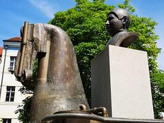 Monument to writer Jaroslav Hašek in Prague, Czech Republic. May 8, 2019 (Aris Jansons) Tags: sculpture bust horse head city capital prague praha writer hašek jaroslavhašek prokopovanamesti švejk
