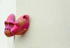 Fantasmas en la pared (OneMarie!) Tags: art artistic esculturas máscaras mask arte streetart street wall pared fucsia peru perú lima barranco photography fotografía nikon d7100 rostros faces