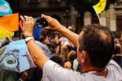 moço com o celular nas mãos (rodolfot_) Tags: rio de janeio 15m ato pela educação ufrj universidade pública ensino protesto