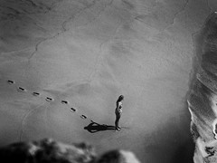 Alone (jantoniojess) Tags: huellas sola footprints beach sand playa algarve portugal monocromático monochrome blancoynegro blackandwhite panasoniclumixtz90 minimalismo olas wave sombras shadow steps camino recorrido contemplación