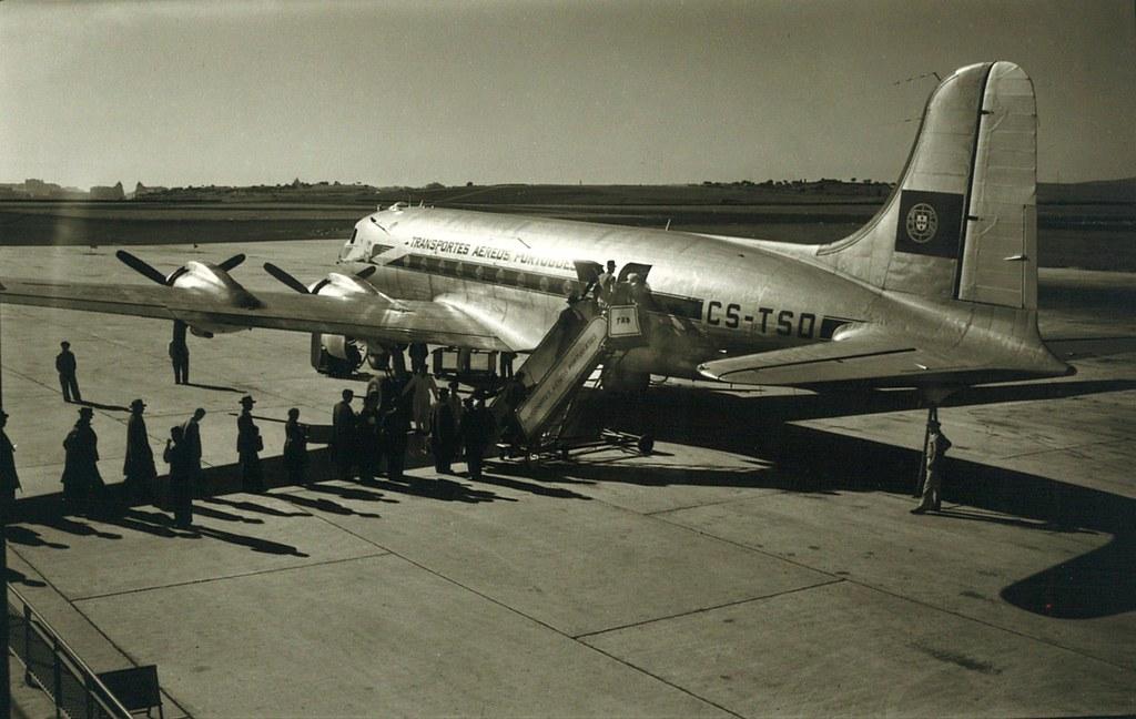 DC-4 Skymaster da T.A.P. sobre Lisboa (A. n/ id., 1955-60)
