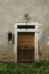 IMG_2100 (ChPflügl) Tags: maurerhaus farm bauernhof dreiseithof dreiseiter abandon decay verfall oberösterrreich upperaustria mühlviertel österreich austria tür door