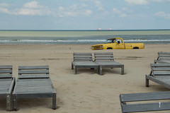 Le pick-up jaune (Gisou68Fr) Tags: plage beach chaiseslongues voiture car pickup jaune yellow sable sand mer sea ciel sky nuages clouds northsea merdunord scheveningen lahaye paysbas thenetherlands