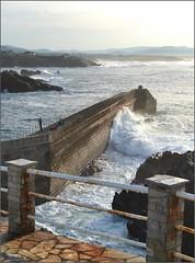 El sonido de las olas (Luisa Gila Merino) Tags: tapiadecasariego asturias mar agua cielo nubes olas espigón puertodemar barandilla rocas personas