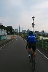 南港自行車道.台北 101 (nk@flickr) Tags: friend taipei cycling 台北 taiwan 20190519 台湾 bobby 台灣 canonefm1545mmf3563isstm