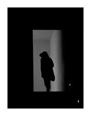 Le grain de la dame en noir. (francis_bellin) Tags: olympus espagne streetphoto street couloir photoderue ombre grenade escalier monochrome grains blackandwhite rue netb bw 2019 andalousie ville
