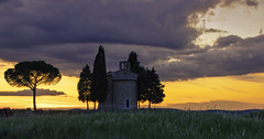 Cappella della Madonna di Vitaleta at sunset (Alona Azaria) Tags: cappelladellamadonnadivitaleta tuscany sanquiricodorcia italia italy chapel sunset sky clouds valdorcia iconiclandmark landmark