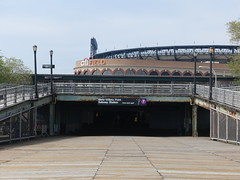 201905052 New York City subway station 'Mets–Willets Point' (taigatrommelchen) Tags: 20190518 usa ny newyork newyorkcity nyc queens icon urban city stadium railway railroad mass transit elevated subway station