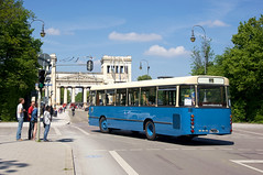 Metrobus 4002 biegt aus der Brienner Straße in die Katharina-von-Bora-Straße (Frederik Buchleitner) Tags: 4002 750hom11a bus kraftverkehrmünchen liniex7 man metrobus munich museumslinie münchen ocm oldtimerring omnibus omnibusclub omnibusclubmünchenev