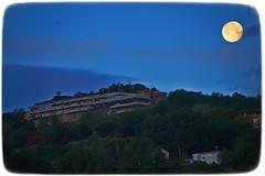 Tramonto della Luna sulla collina di Tortoreto Alto (Giovanni Santori) Tags: luna collina alba tramonto tortoretoalto abruzzo italy italia