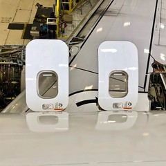 United Airlines Boeing 737 overwing exit doors. San Francisco Airport 2019. (planepics43) Tags: sfo sanfranciscoairport airbus 320 319 airport aviation aircraft airplane pilot planes planespotting plane claytoneddy 17crossfeed landing tower takeoff taxi sfoov 777 777300 787 747 737 757 767 727 flying flight