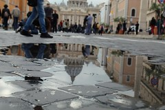 Tridimension San Pietro (Nabel Grant) Tags: sanpietro basilicaspietro riflesso roma street colori people