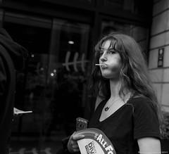 Jeune fille à la sucette (BenoitGEETS-Photography) Tags: pride bruxelles brussels nikon 2470 d610 tamron blackandwhite noiretblanc bw bn