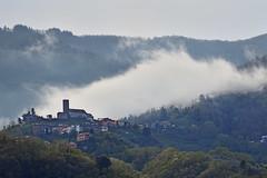 Morgennebel (grasso.gino) Tags: italien italy italia toskana toscana nikon d7200 berge dorf nebel mountains fog village morgen mornig