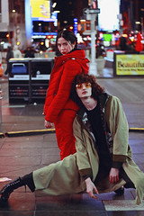 NYC (TheJennire) Tags: photography fotografia foto photo canon camera camara colours colores cores light luz young tumblr indie teen adolescentcontent nyc newyork ny 2018 usa eua unitedstates people portrait red winter night timessquare friends ootd outfit