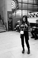 Et elle tape tape tape...Avec élégance, mais elle tape.. (Paolo Pizzimenti) Tags: paris musée orsay taper fille bagage vie paolo olympus zuiko omdem1mkii 17mm 12mm f18 f2 film pellicule argentique doisneau