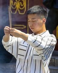 Tre bastoncini d'incenso (forastico) Tags: forastico d7100 nikon cina pechino beijing tempio buddha buddhismo lama tempiodeilama incenso