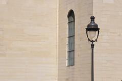 (Franck gallery) Tags: color paris streetsofparis ruedeparis streetphoto photoderue window fenêtre lampadaire lamp géométrie geometry d90 wall mur minimaliste minimalist