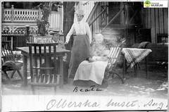 tm_11475 (Tidaholms Museum) Tags: svartvit positiv marstrand kvinna dam lady damhatt trädgård trädgårdsmöbel woman stuga hus cottage house blackandwhite