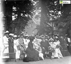 tm_11473 (Tidaholms Museum) Tags: svartvit positiv festligheter kung kungligheter högtidsdräkt högtid dam kvinna kvinnor celebration firande lady woman damhatt hatt konung king blackandwhite