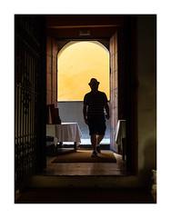 Séville. (francis_bellin) Tags: chapeau olympus couleur espagne streetphoto jaune street homme ville rue photoderue ombre 2019 séville andalousie