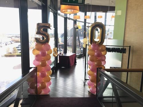 Ballonpilaar Breed Folieballon Cijfer 50 van der Valk Ridderkerk