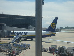Barcelona Airport - Ryanair (ell brown) Tags: barcelona catalonia catalunya spain españa barcelona–elpratjoseptarradellasairport barcelonaairport barcelonaelpratairport bcn aena aeropuertodebarcelona plane ryanair boeing737800